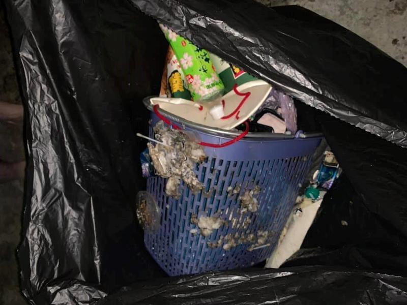 網友發覺水龍頭流出的水有異味,查看才發現水塔被倒入大量廢棄物。圖擷自爆料公社