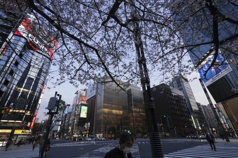 東京都已進入緊急狀態,街頭仍不至於太過冷清。   美聯社