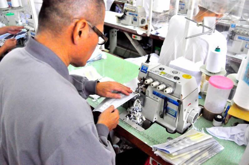 嘉義監獄選派200名受刑人在作業工廠,每天產製500至800個口罩套,除供應矯治機關,還對外販售,上月至今販售1萬3791個,成為熱銷防疫用品。圖/嘉監提供