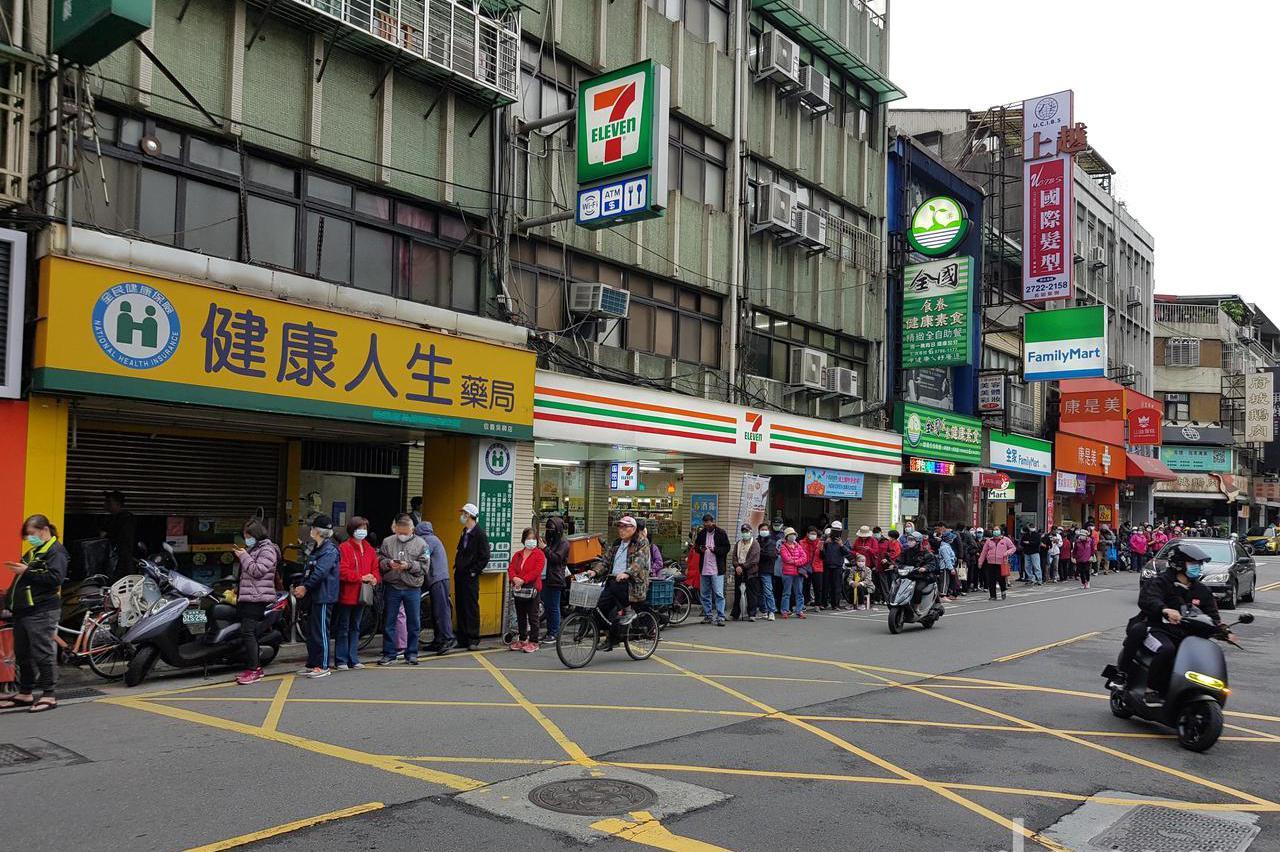 他問為何台灣人寧願排隊也不上網買口罩 網友列這2關鍵原因