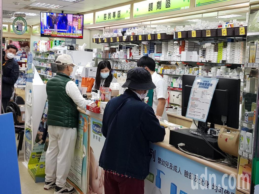 購買口罩實名制3.0今上路,北市信義區的綠杏大藥局,今早9點開賣口罩,但7點就有...
