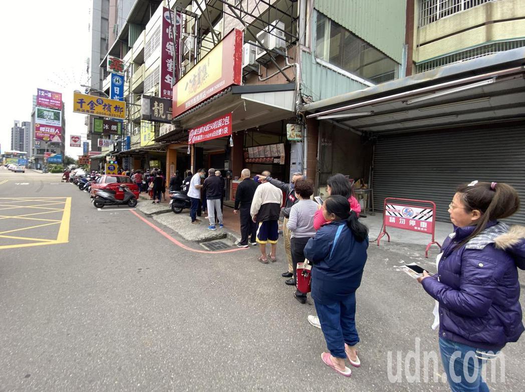 台中市北屯區日盛藥局一早就有很民眾排隊,等候購買實名制口罩。記者趙容萱/攝影
