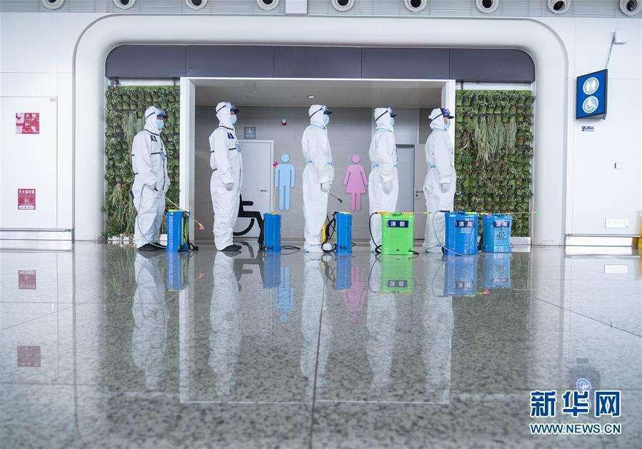 武漢機場有序恢復,對公共區域實施徹底消毒殺菌,8日復航首日。照片/新華網