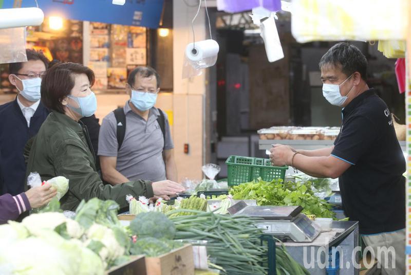 台北市副市長黃珊珊上午視察光復市場防疫情形,要求攤商務必要戴口罩,民眾進入市場要量測體溫。記者曾吉松/攝影