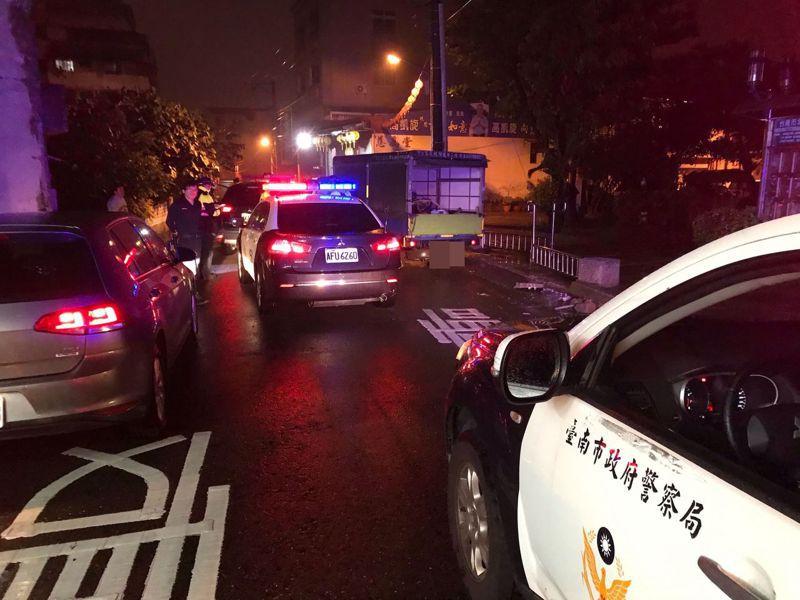 李姓竊嫌駕駛小貨車逃逸,自撞北門路標誌後遭警方攔截圍捕。記者黃宣翰/翻攝