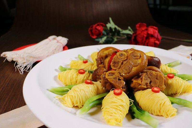 新冠肺炎疫情下,麗寶福容飯店搶攻外帶市場,星級主廚手作「豬腳麵線禮盒」。圖/業者提供