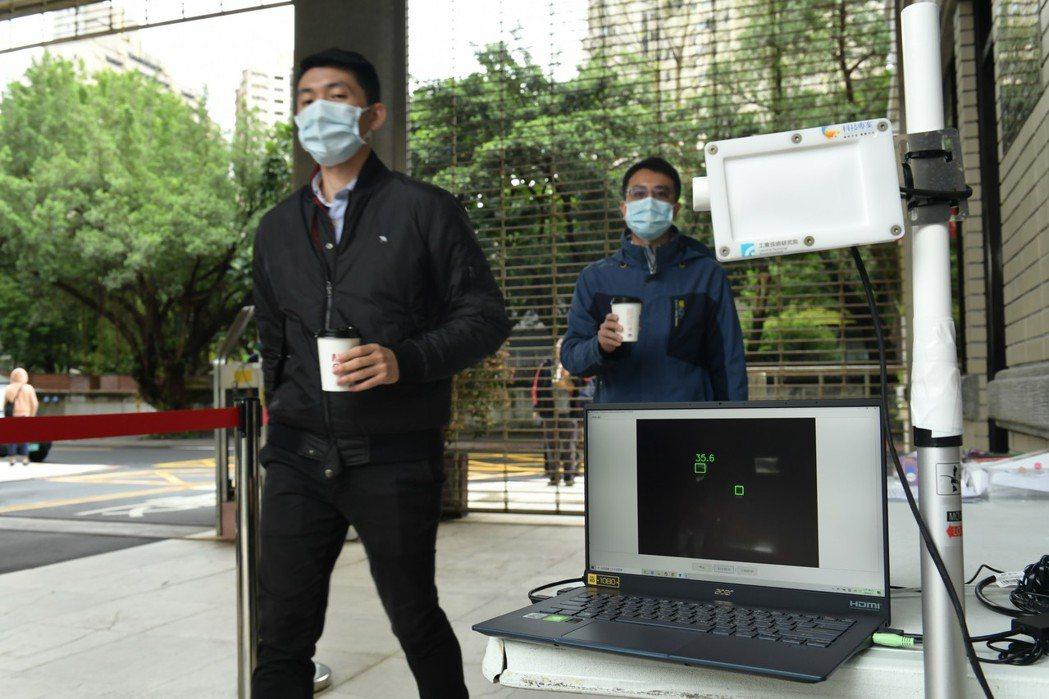 工研院「熱影像體溫異常偵測技術」具備「AI人工智慧辨識」,可直接鎖定人臉進行額溫...