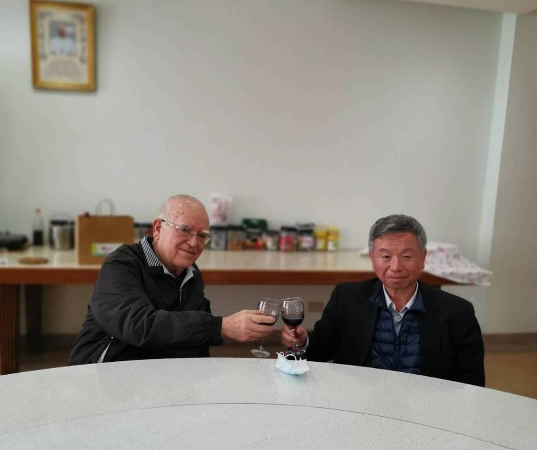 神父呂若瑟(左)請前衛生署長楊志良(右)喝一口紅酒。(※ 提醒您:禁止酒駕 飲酒...