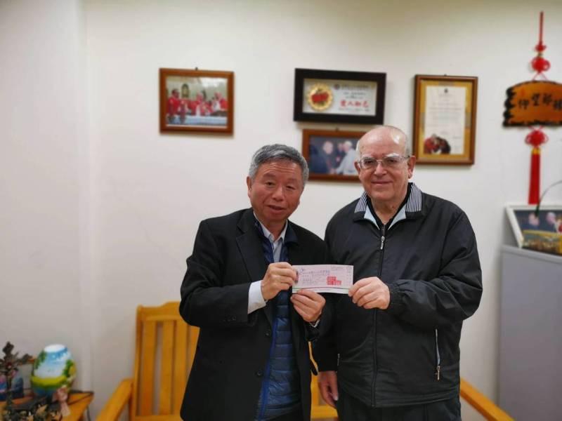 前衛生署長楊志良(左)將來不及捐出的120萬支票,交給神父呂若瑟(右)。(※ 提醒您:禁止酒駕 飲酒過量有礙健康)圖/楊志良提供
