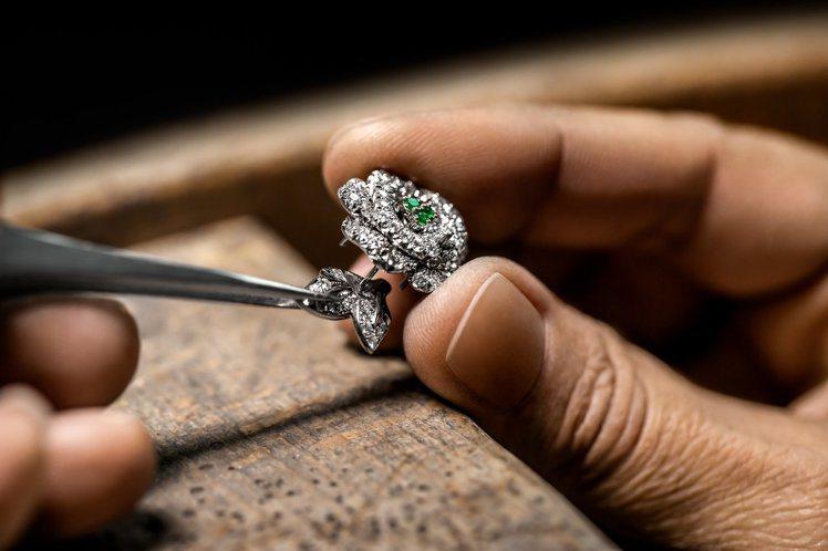 寶石透過工匠以處理高級訂製服的皮革鑲嵌手法,帶來更顯精緻的質感。圖/DIOR提供