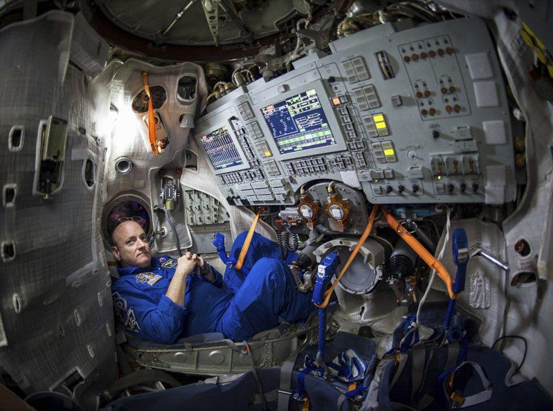 美國退休太空人史考特.凱利(右)保有在太空連續340天的美國太空人紀錄。美聯社