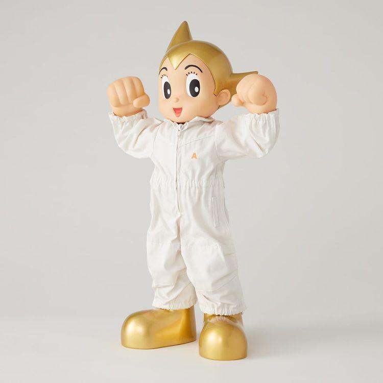 AMBUSH®便以白、黑色連身褲來重新詮釋原子小金剛英雄形象。圖/摘自AMBUS...