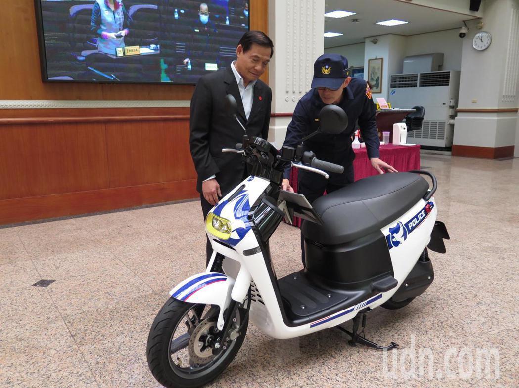 桃園市平鎮警分局在議員陳萬得(左)捐助下,最新添購6輛gogoro3電動機車做為...