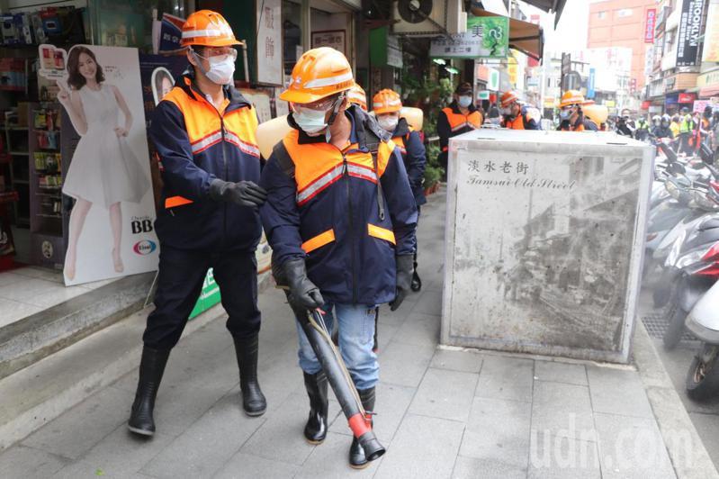 新北市防疫消毒大隊今於淡水老街執行消毒工作。記者吳亮賢 / 攝影