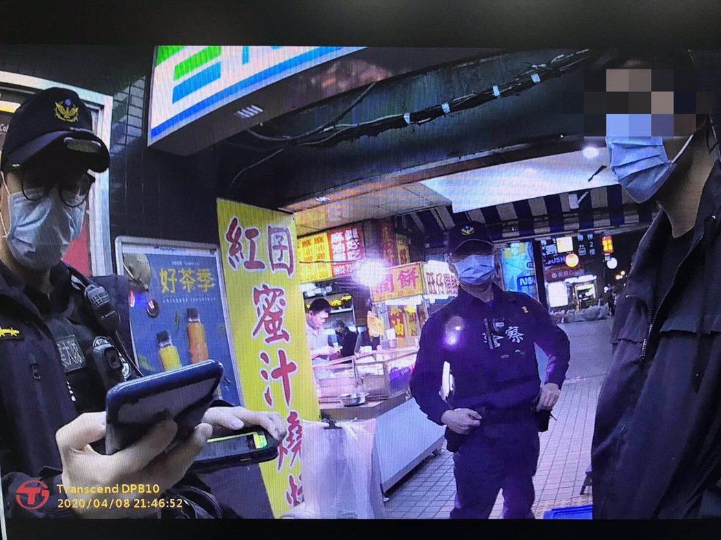 警方查獲謝男(右)為居家檢疫對象,將他函送新竹縣衛生局認定裁罰。圖/警方提供