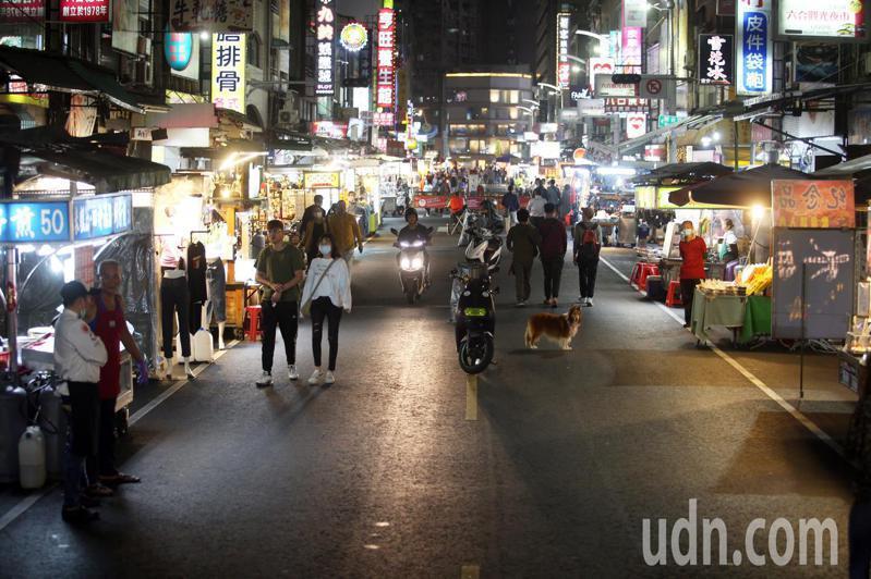 受疫情影響,高雄六合夜市生意一落千丈。記者劉學聖/攝影 (聯合報資料照)