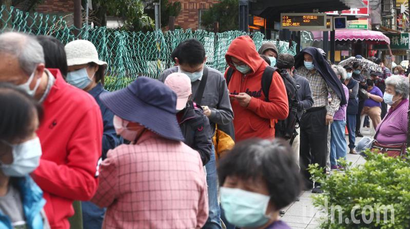 口罩購買實名制又升級,許多民眾幾天前忍著不買,趁幾天新制才買,引發排隊潮。記者蘇健忠/攝影