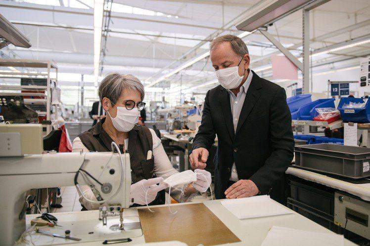 路易威登主席兼行政總裁Michael Burke親自視察口罩生產線。圖/LV提供