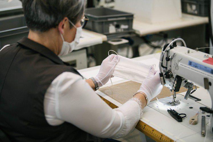 路易威登動宣佈口罩生產線正式開始製造,由22名工匠自願參與項目,。圖/LV提供