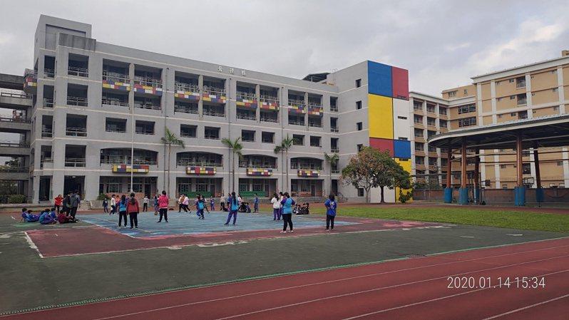 介壽國小新建牆面引進藝術大師「蒙德里安」的設計風格,營造美感校園。圖 / 新北市教育局提供
