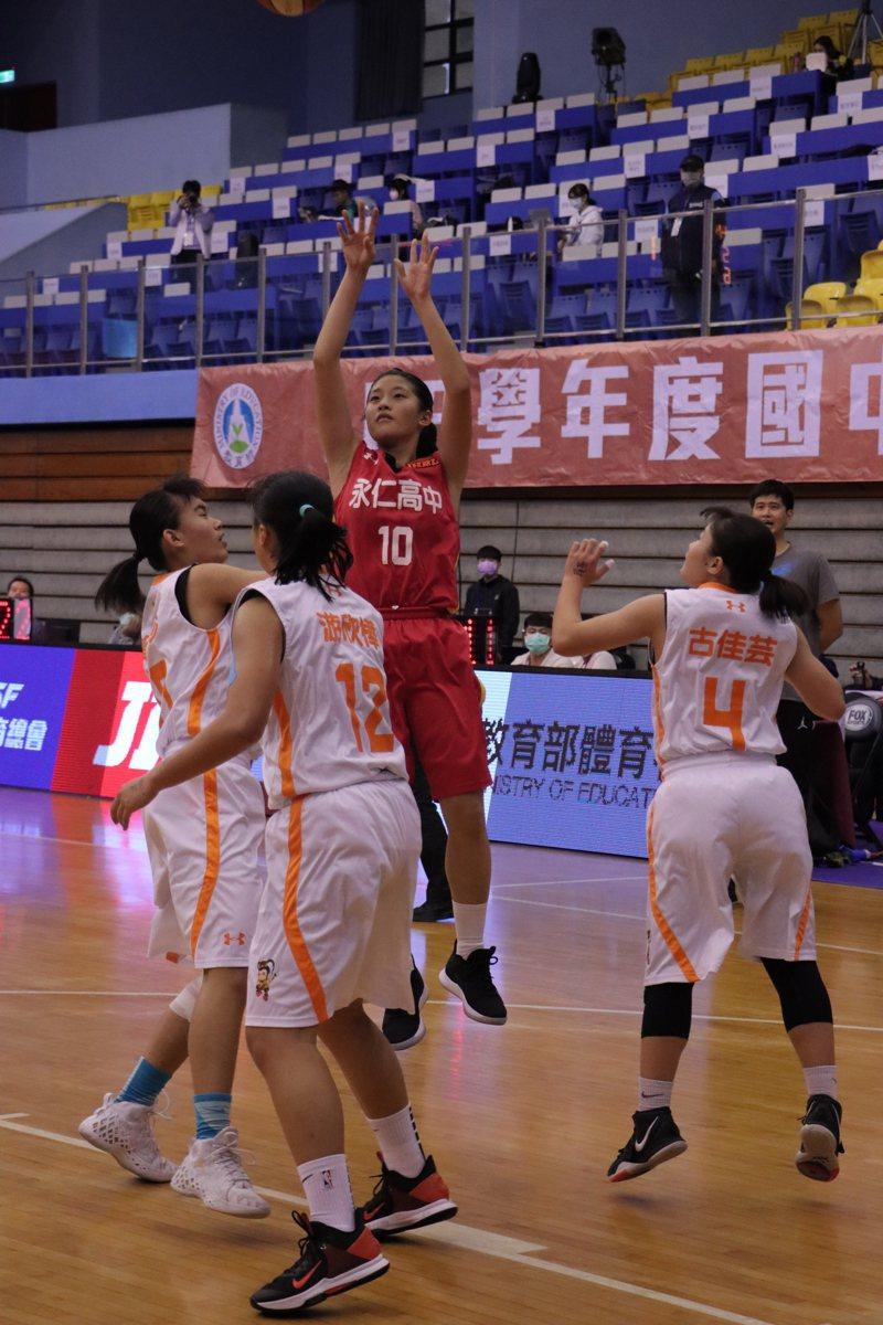 永仁林靜妍(中)拿下17分、12籃板、11抄截「大三元」。圖/名衍行銷提供