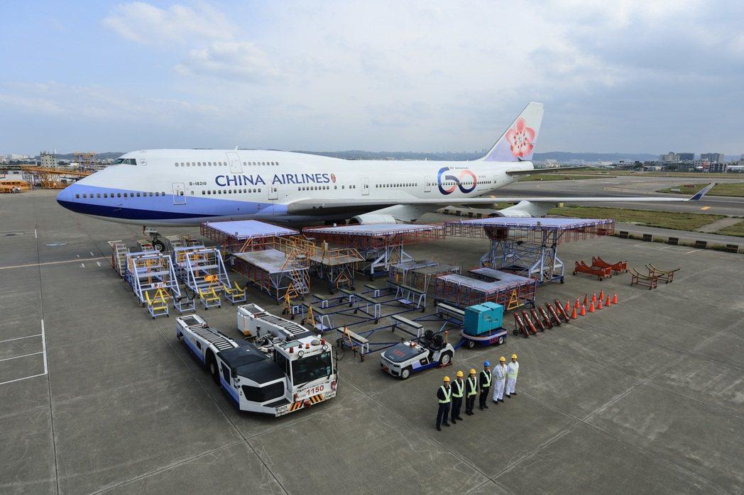交通部長林佳龍表示,華航、長榮等六家航空公司共提出近千億元的融資需求,融資條件、...