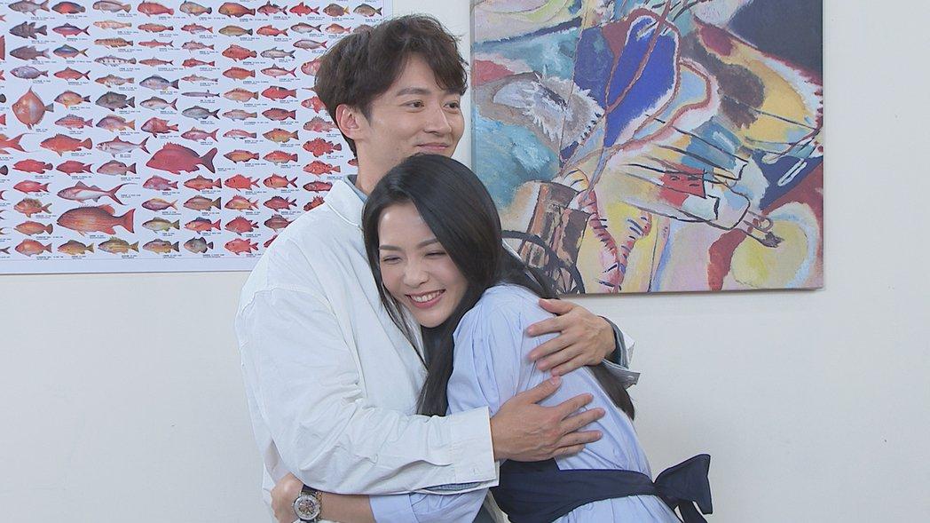 何蓓蓓(右)在「多情城市」戲中接受馬俊麟求婚,2人擁抱。圖/民視提供