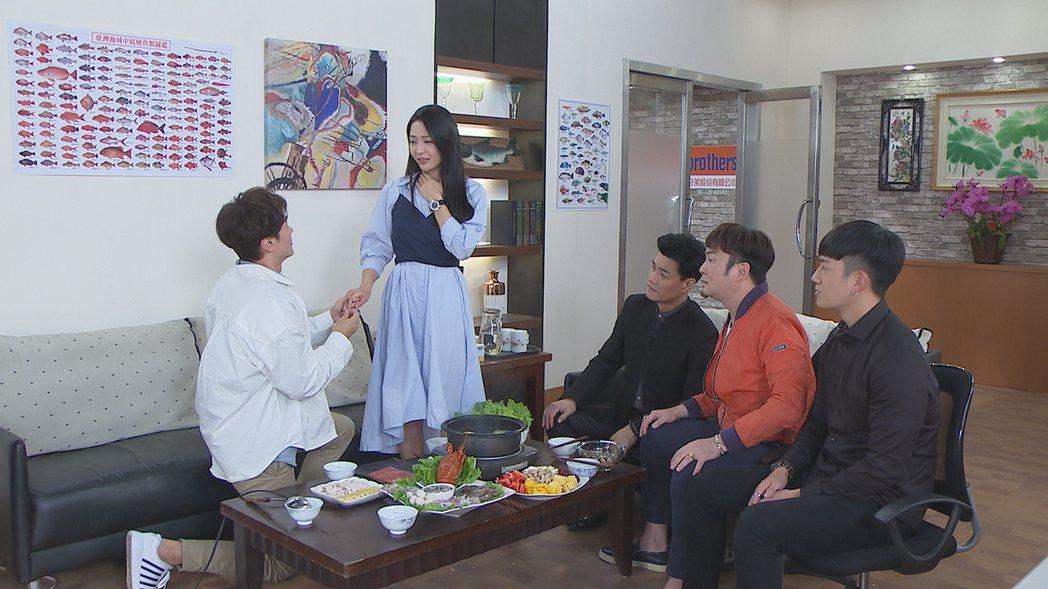 馬俊麟(左)在「多情城市」戲中單膝下跪向何蓓蓓求婚。圖/民視提供