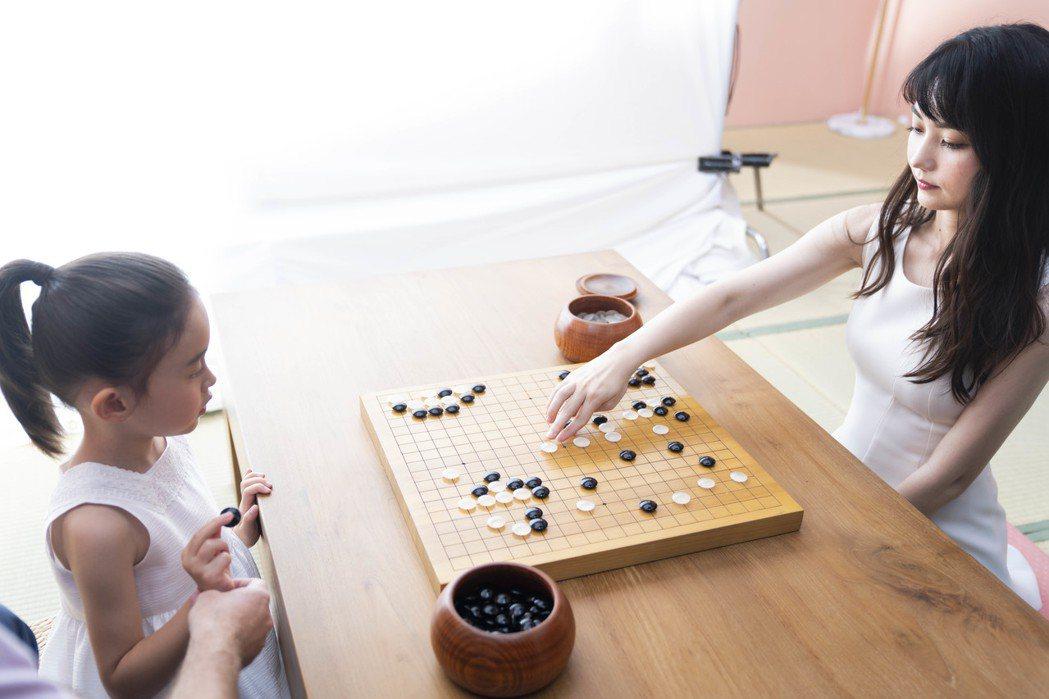 黑嘉嘉(右)與飾演自己小時候的童星,在廣告中同框對弈。圖/種子音樂提供