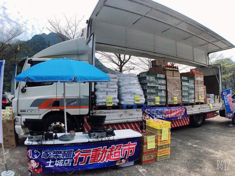 為提供民眾更方便的購物,家樂福部分分店的行動超市車隊也將提供刷卡服務。圖 /家樂福提供