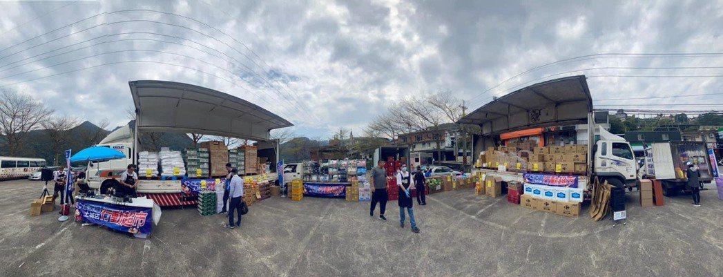 家樂福今年也開出行動超市服務,由各分店各組車隊前往偏鄉地區服務。圖/家樂福提供