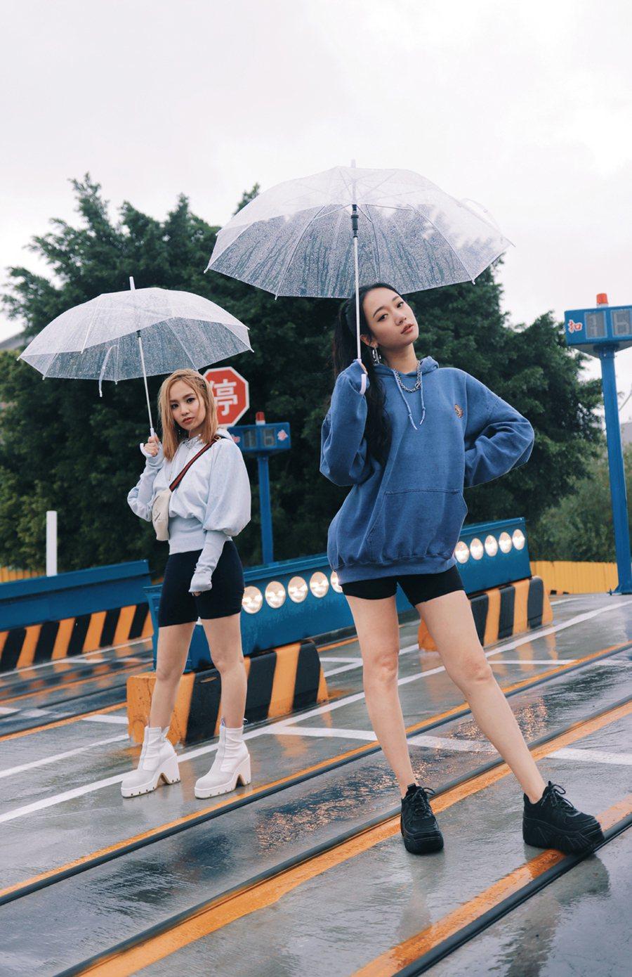 吳卓源(右)邀相識多年的陳芳語高唱友情萬歲。圖/華風數位提供