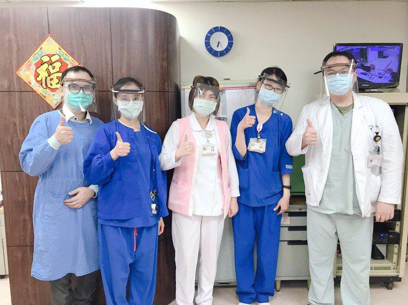 福和國中已將399個防護面罩捐贈給第一線醫護人員。圖 / 三軍總醫院提供