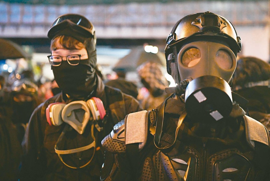 香港高院上訴庭九日裁定,「禁蒙面法」在非法集會時有效。反送中示威以來,戴頭盔、防...