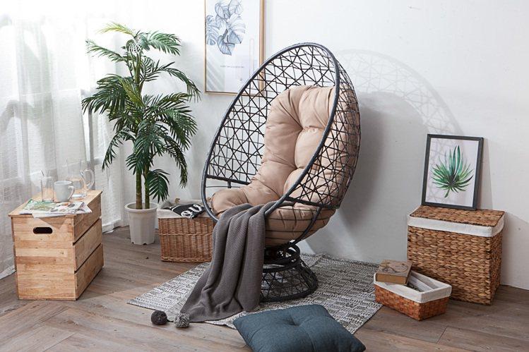 舒適旋轉蛋形椅原價1萬元,官網獨賣預購價6,999元。圖/生活工場提供