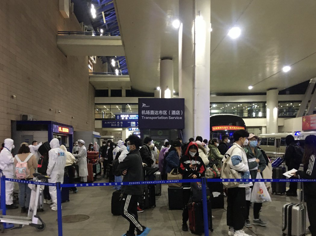 圖為早前由境外飛抵上海浦東國際機場的旅客,正準備被送至集中隔離觀察點。記者林則宏...