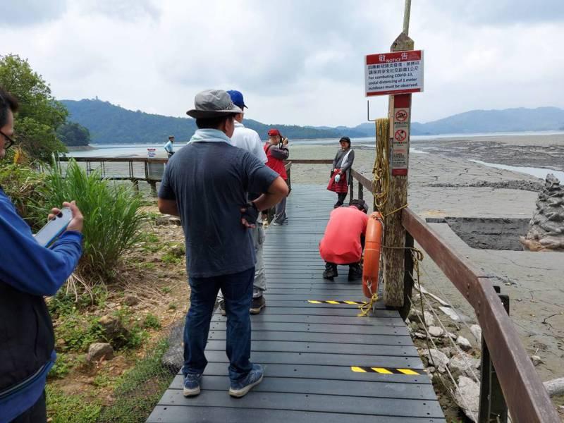 九蛙疊像開始實施戶外安全距離,伊達邵遊客中心要求遊客採單一方向進出,並與前方遊客保持1公尺距離。圖/日管處提供