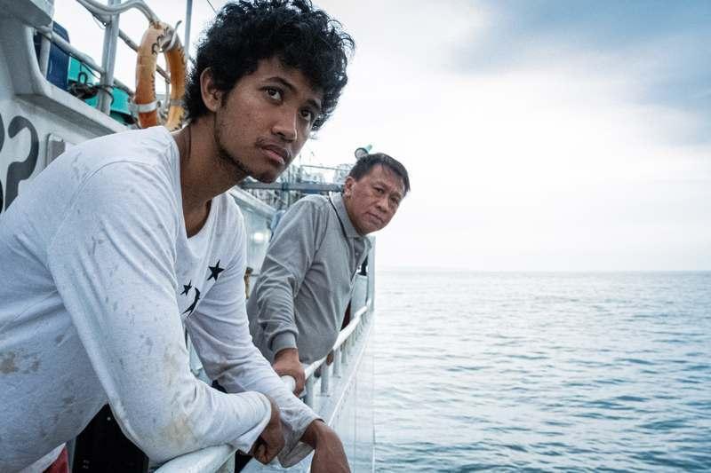 游安順(右)在「第一鮪」戲中模擬遠洋漁船上的險惡生存環境,也考驗演員演技。圖/公...
