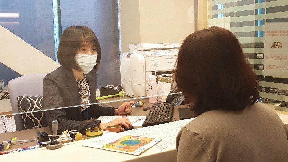 南山人壽也提升第一線防疫工作,所有客服人員全程配戴口罩,且已陸續在全台18個分公...