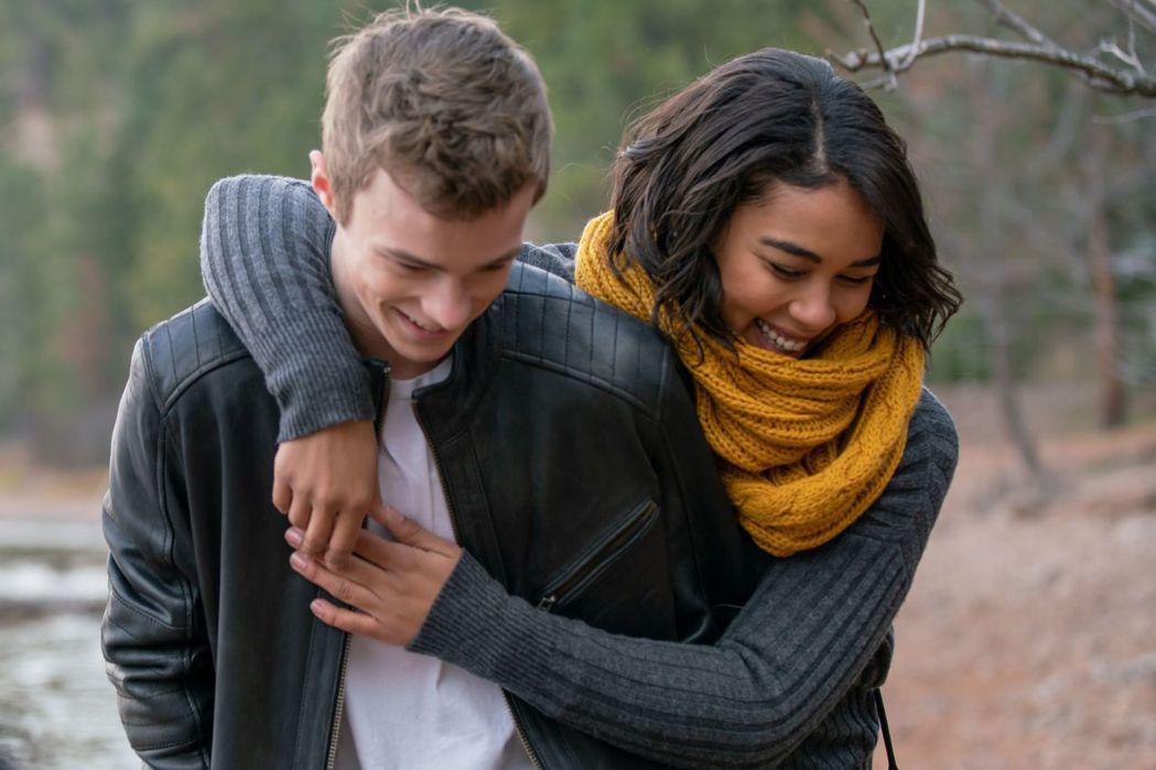 「暴風女」亞莉珊卓希普(右)與「牠」尼可拉斯漢米頓飾演熱戀的高中生情侶。圖/威視