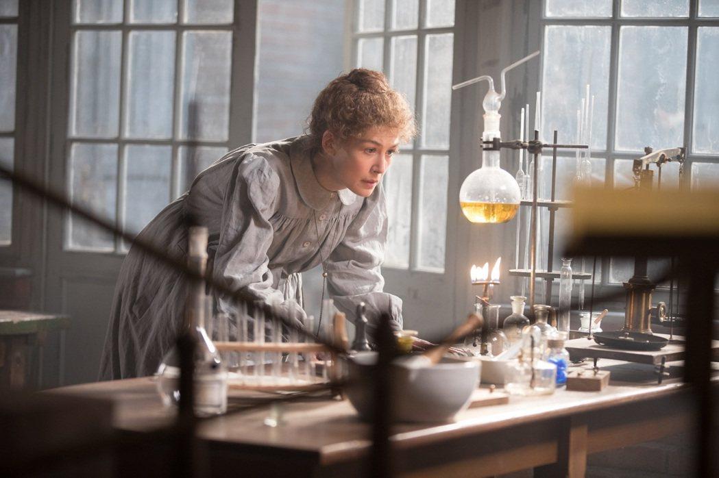 「居禮夫人:放射永恆」4月17日在台上映。圖/CATCHPLAY提供