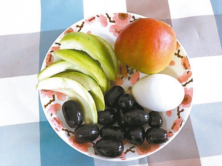 早晨沖泡一杯含燕麥、黑豆粉、杏仁粉、亞麻籽粉等養生五穀粉,加一顆蘋果、一個水煮蛋...