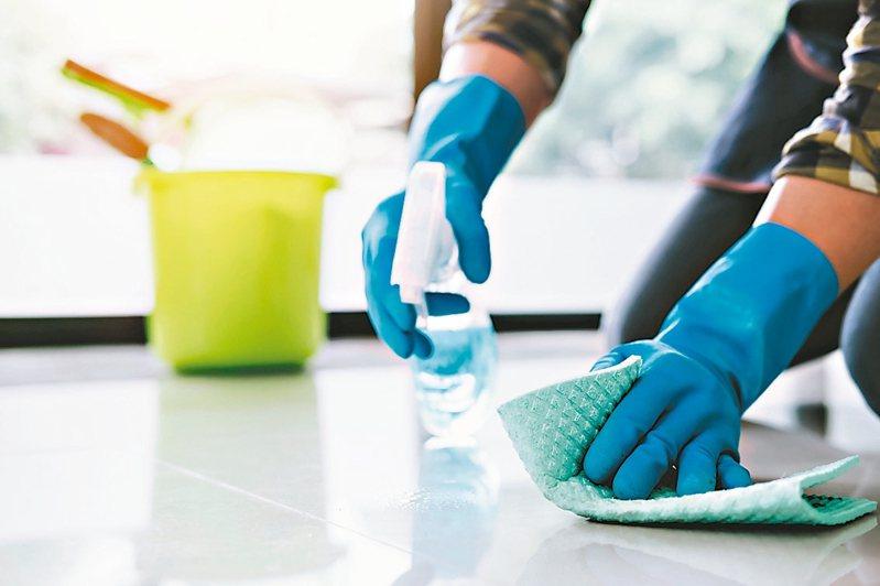 長照機構防疫大作戰,每日以稀釋100倍的漂白水消毒環境一次,3至5分鐘後再用清水擦拭清潔。 圖/123RF