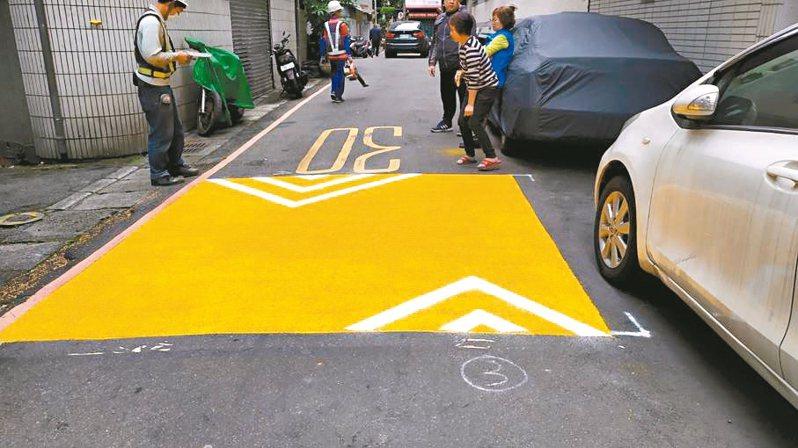 中和區公所在圓通路至中正路間的巷弄完成8處防滑鋪面。 圖/中和區公所提供