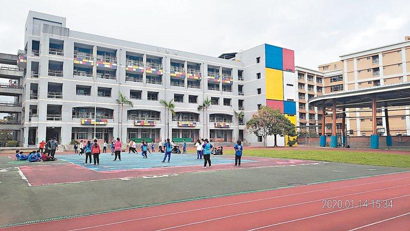 介壽國小新建牆面引進藝術大師蒙德里安的設計風格,營造美感校園。 圖 /新北市教育局提供