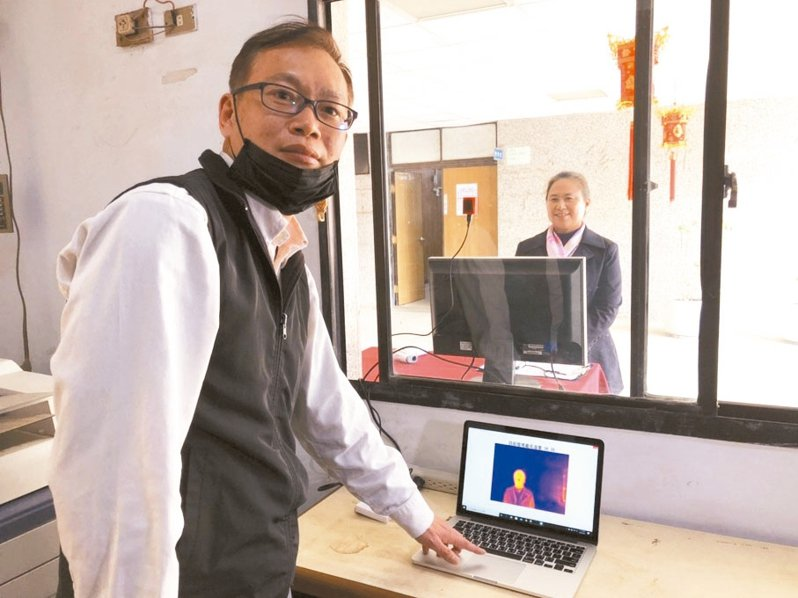金門高職實習主任蔡紹文自行撰寫程式、採購零件組裝完成紅外線體溫監測儀,量測效果佳。 記者蔡家蓁/攝影