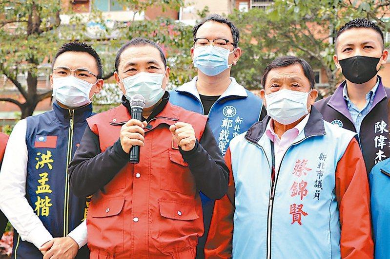 新北市長侯友宜(左2)昨天被問到「淡水大拜拜」是否舉行時表示,宮廟只要跟市府合作,不要造成交叉跟群聚感染,都會樂觀其成。 記者吳亮賢/攝影