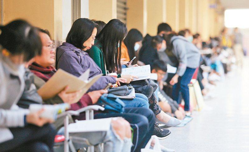 招聯會開會決議111學年各校系大學繁星計畫、個人申請參採數學A或數學B的三方案,圖為大學學測。 圖/聯合報系資料照片
