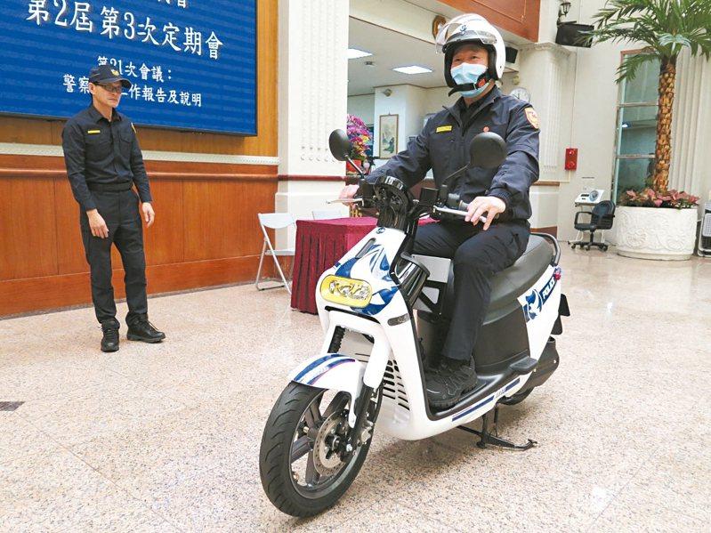 平鎮警分局由議員陳萬得協助添購6輛Gogoro3電動機車來巡邏,車身導入車牌辨識系統,警察局長陳國進試乘體驗。 記者張裕珍/攝影