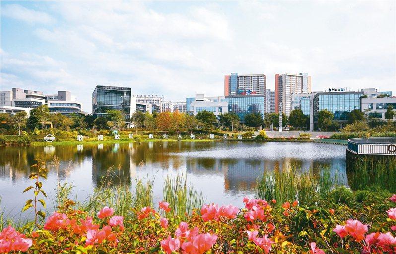 海南生態軟件園可望助力海南自貿港數字經濟發展,圖為海南生態軟件園園區一隅。 新華社